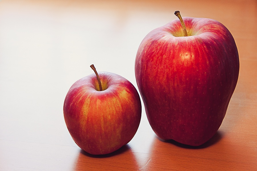 Two apples one bigger than the other